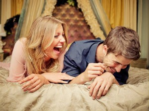 ghk-couple-laughing-bed-lgn-6833259