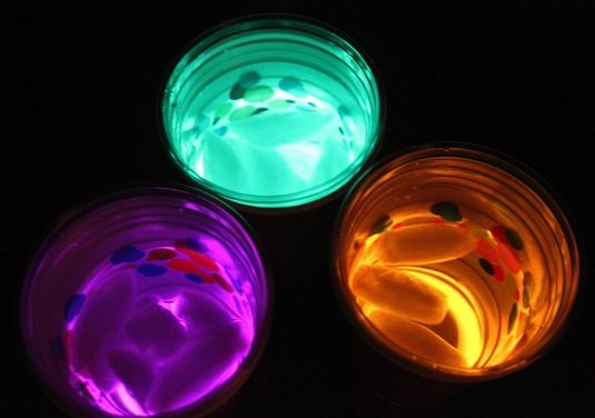 Cool-Glow-Stick-Crafts-Glow-In-The-Dark-Drinks-11